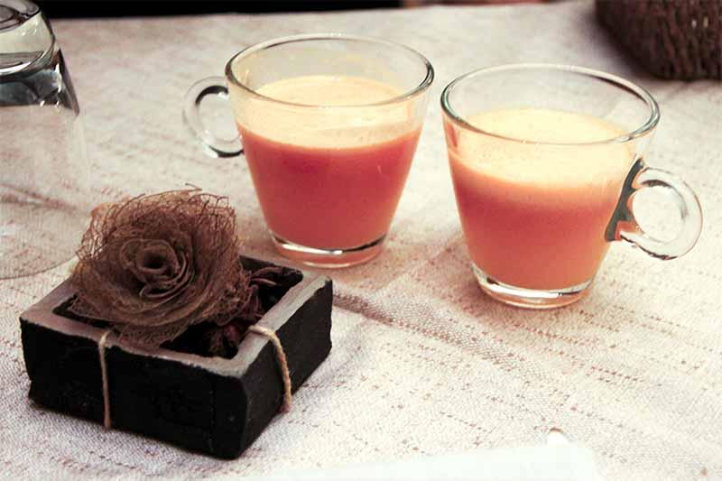 Due bicchieri di centrifugato dal colore arancione.