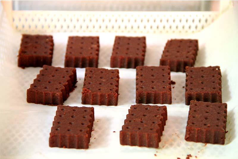 Biscotti dal colore marrone scuro sul piano di un essiccatore