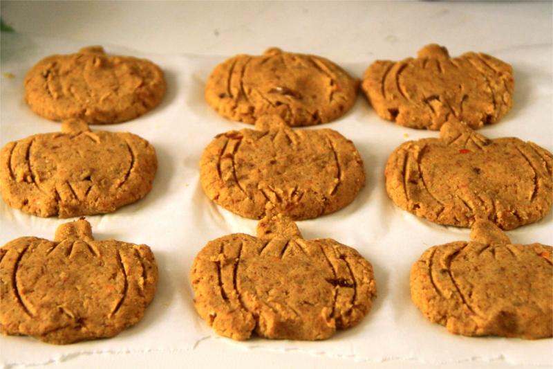 Biscotti a forma di zucca sulla carta da forno