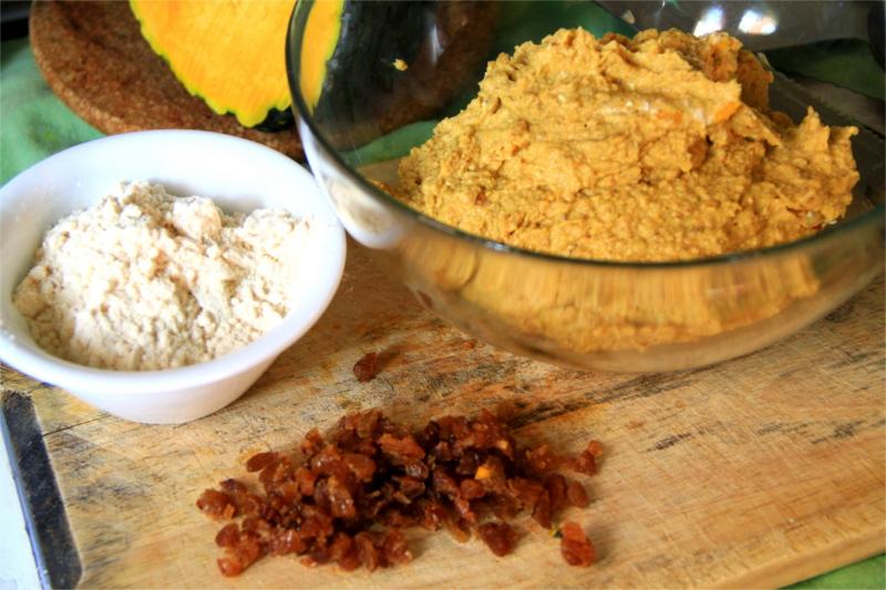 Impasto biscotti alla zucca, farina di cocco e uva sultanina su un tagliere in legno
