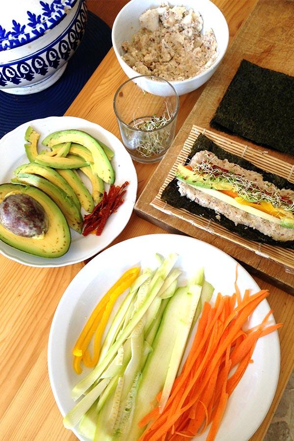 vari ingredienti sul banco da lavoro per la preparazione del Sushi Crudista