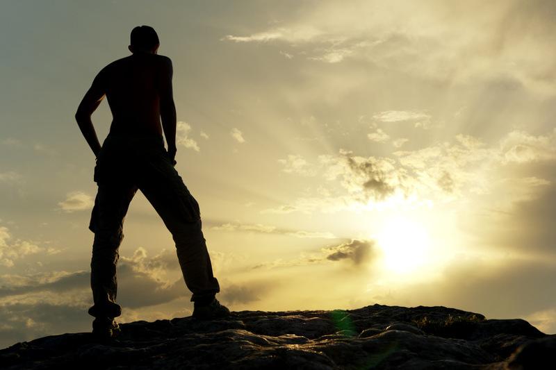 Ragazzo su una collina al tramonto