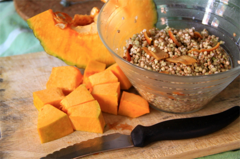 Zucca a pezzi e grano saraceno ammollato nell'acqua e scorza d'arancia