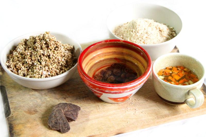 Ingredienti del panettone e pandoro crudisti all'interno di varia ciotoline