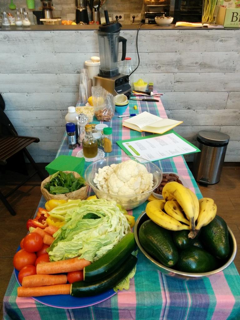 Tavolo da lavoro imbandito da frutta, verdura e strumenti vari