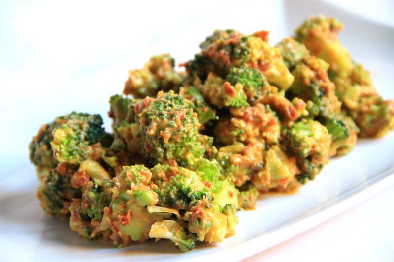Broccolo verde ricoperto da una salsa rossiccia