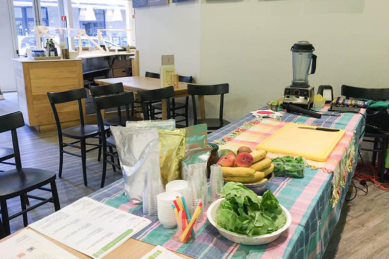 Tavolo da lavoro con strumenti e alimenti