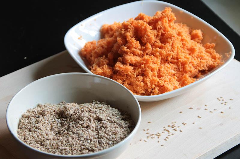 Due ciotole con carote grattuggiate e farina di semi misi