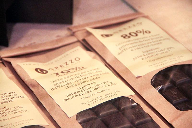 Varie tavolette di cioccolata confezionata.