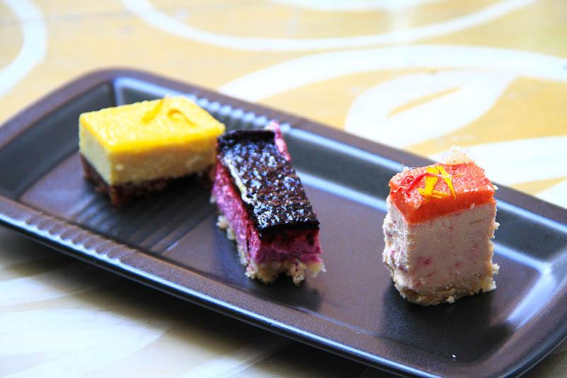 All'interno di un piatto neto rettangolare un Tris di dolci crudisti
