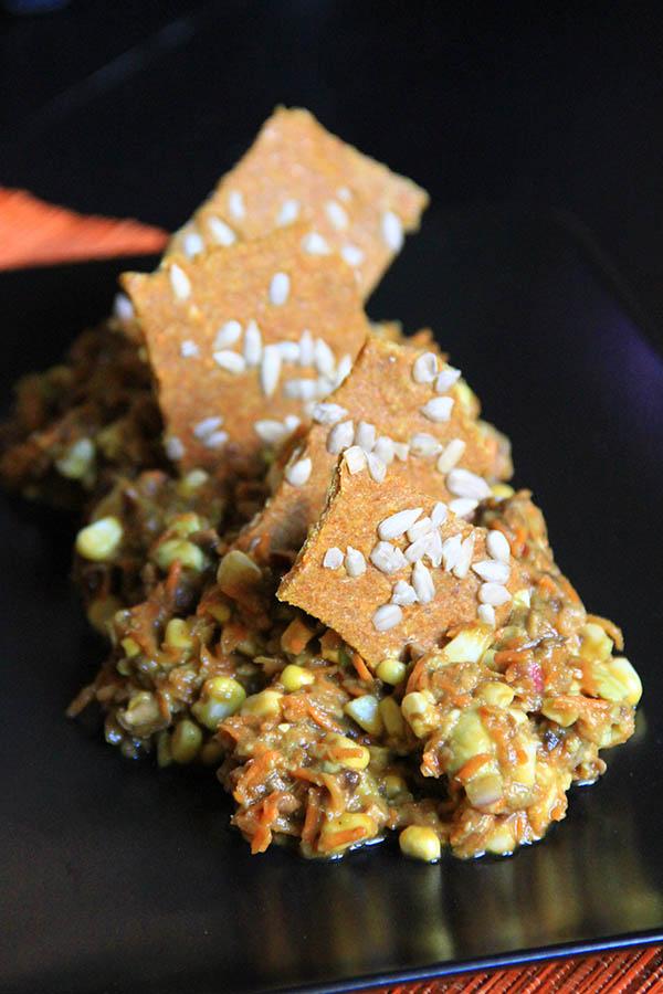Piatto tex mex con verdure miste e cracker crudisti