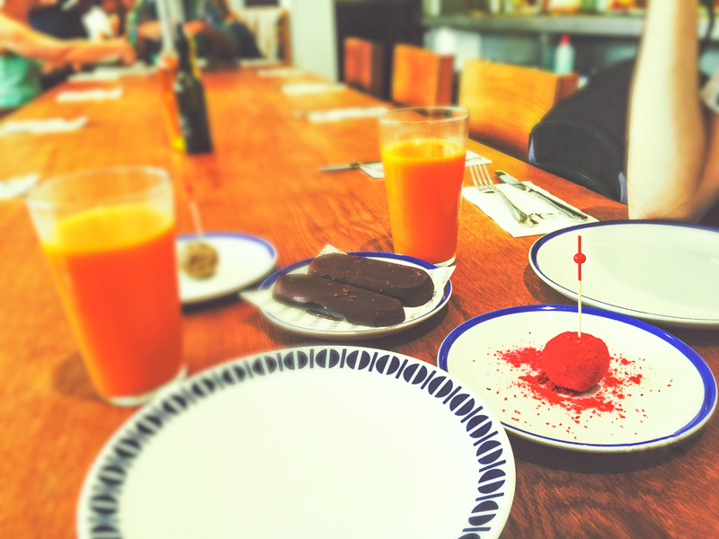 Succhi, dolci al cioccolato e palline rosse lampone