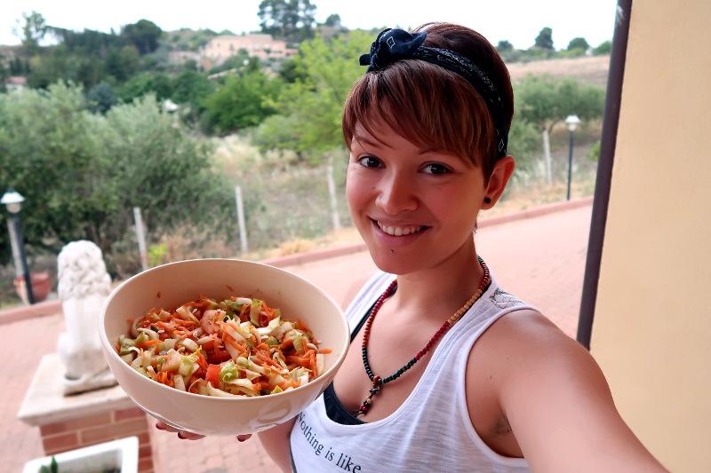 Jennyfer Leone mostra una bowl piena di verdure crude