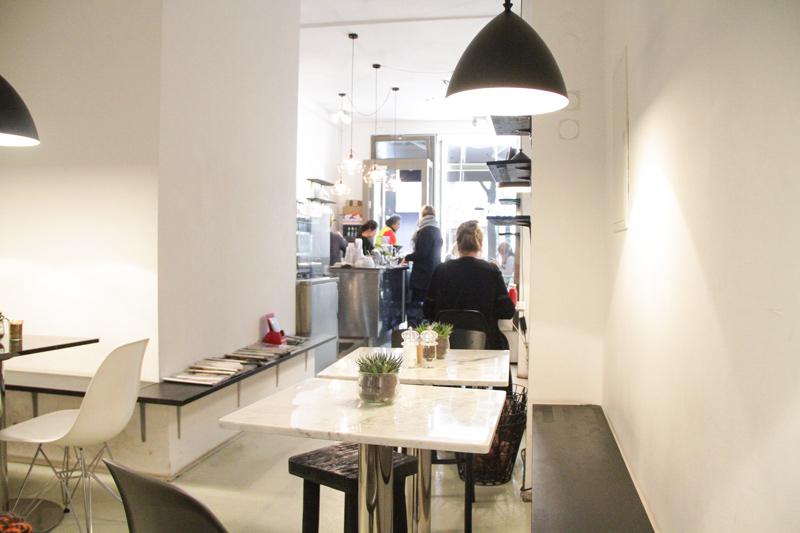 il locale nella sua lunghezza, con tavolini e sedie