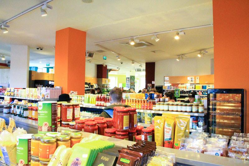 corsie di supermercato con vari prodotti e persone