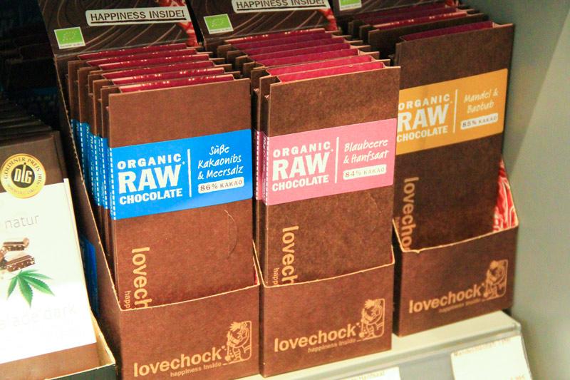 confezioni di tavolette di cioccolato di colore bruno con strisce azzurre, rosa e gialle
