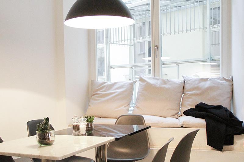 salottino con divani bianchi