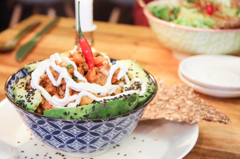 il wallnut chili, con avocado, salsa di anacardi e peperoncino piccante