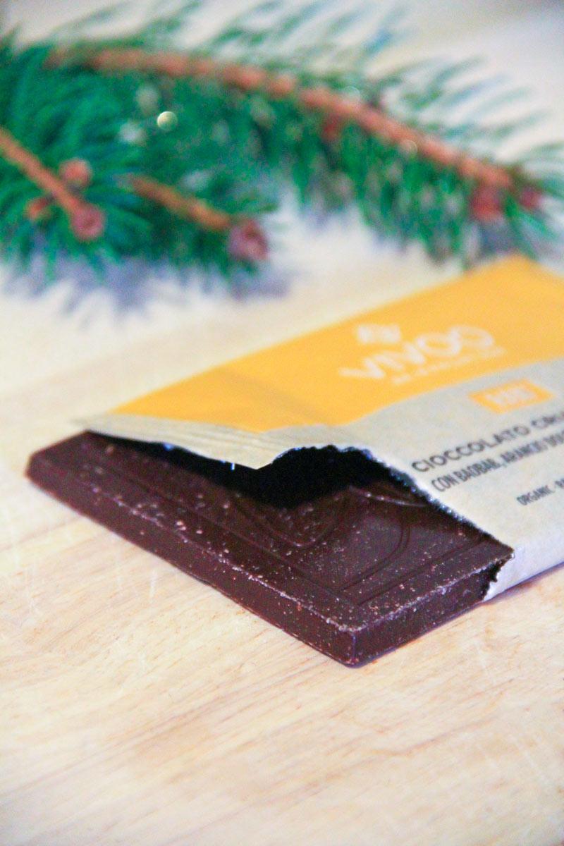 Una tavoletta di cioccolato quadrata che fuoriesce dal suo involucro