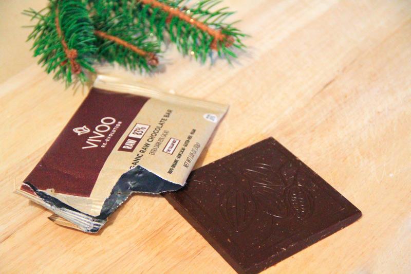 Una tavoletta di cioccolato quadrata fuori dal suo involucro