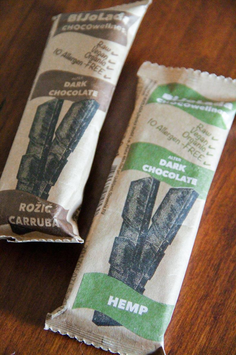 2 tavolette di cioccolato ai gusti carruba e canapa