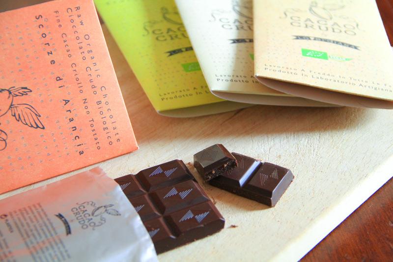 Una tavoletta di cioccolato spezzata sopra un tagliere